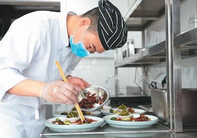 使用公筷时文明新风 值得在全社会推广