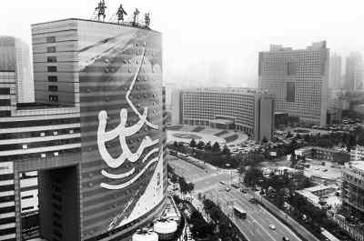 青岛市香港中路上一幅以奥帆赛为主题的巨大幕墙铺设完毕,为日益临