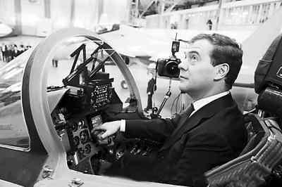 俄总统梅德韦杰夫在一架战斗机的驾驶舱内参观.