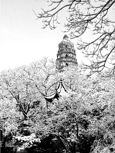 高耸入云的虎丘塔已有一千多年历史