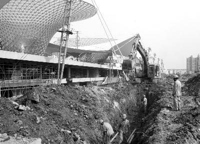 世博轴是上海世博会主入口和中轴线,是一个由商业服务、餐饮、娱乐