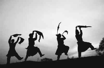 由库伦旗四所中学学生组成的2009人安代表演队激情勃发,活力四射,带着