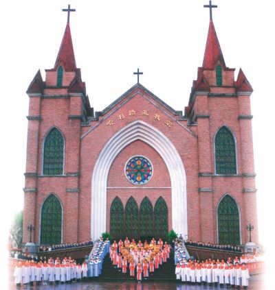 哈利路亚礼拜堂婚礼诗班在献诗    抬头仰望那高耸的十字架,侧耳