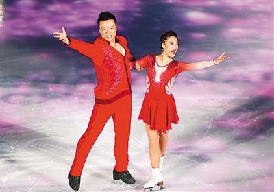 中国花样滑冰双人滑冬奥会冠军申雪(右),赵宏博在表演.