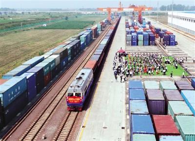 """2015年7月1日,""""青岛号""""中亚班列准备从中铁联集青岛中心站出发."""