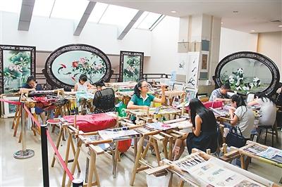 潘雪梅从大学毕业之后便分配到成都东方丝绸厂工作,并与现在的蜀锦图片