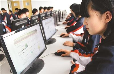 图为河北省任县第四中学的学生通过网络祭奠英烈.-人民日报海外版-图片
