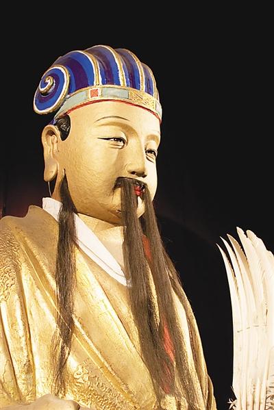 每年中秋佳节前夜,成都武侯祠博物馆都特别举办夜游武侯祠活动。来自各界的市民提灯游走于古迹间,观汉昭烈庙、拜谒武侯祠、游翠竹红墙。这时,寂静肃穆的武侯祠不由地让人生出一种敬重之情。因为这座庙宇供奉的是中国历史上最受尊崇的人物之一:诸葛亮。此外,还有28位为蜀国浴血奋战的将士。为什么诸葛亮逝后近 2000 年还能得到万人拥戴?答案毋庸置疑,就是其军事才能和始终如一的忠诚。              君臣合祀祠宇,后人敬仰   成都武侯祠肇始于公元223年修建刘备惠陵时,它是中国唯一一座君臣合祀祠庙和最负