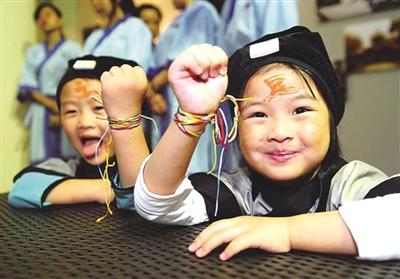 小孩彩绳辫子图解步骤