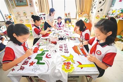 创意手绘等方式,表达心中祝福,喜迎国庆节的到来和党的十九大召开.