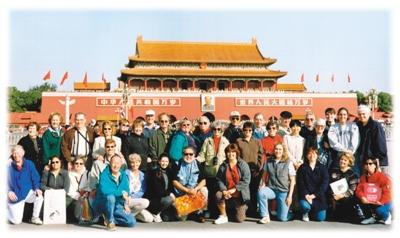 图为外国游客在北京天安门合影.