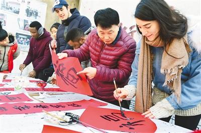 江苏大学多名留学生写春联感受中国传统文化魅力