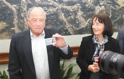 上海向外籍人才颁发永久居留身份证
