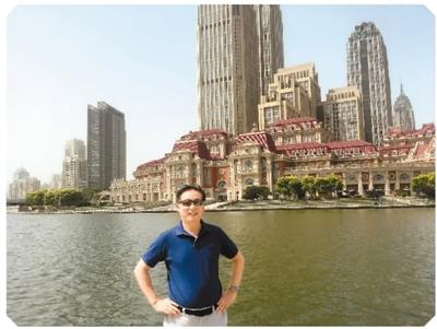 本文作者在天津海河岸边留影