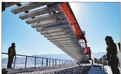 首座跨雅鲁藏布江大桥铺轨