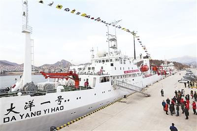 """图为""""大洋一号""""科考船在青岛码头静待起航."""