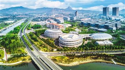 在青岛西海岸新区中德生态园,华大基因北方中心的科研人员正在实验