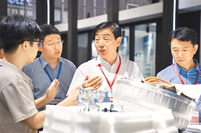 华侨华人赞《外商投资法》:投资中国风景更好