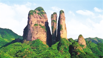 江郎山,位于浙江省江山市西南部25公里處,在仙霞山脈北麓,以丹霞奇峰為主要特色,2010年8月被聯合國教科文組織世界遺產委員會批準為世界遺產,是一個值得回味的地方。   該景區最引人矚目的三爿石景點,是全球迄今所知最高大的被陡崖環繞的礫巖孤峰之一。遠遠看見群山之巔,三座巨石矗立,與高約360米的大山底部緊緊相連,形成一個巨大的川字,讓人忍不住對大自然的鬼斧神工發出驚嘆。左邊的主峰(人稱郎峰)海拔819.