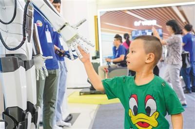 小观众在和机器人握手