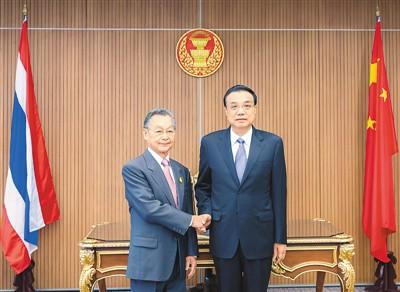 李克强异泰国总理会谈并会见记者