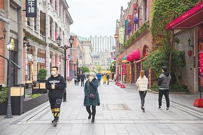 佩戴口罩有序购物 武汉商场陆续恢复营业