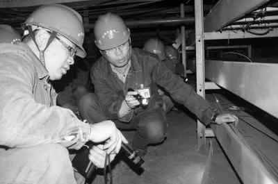 图为纳雍发电厂职工在检查电缆夹层.