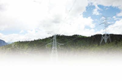 已组立完成的铁塔矗立在海拔4000米以上的高山草甸