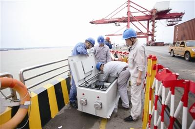 湖南电力员工为城陵矶新港安装港口岸电装置.